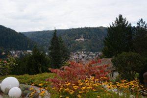 Blick von Terrasse auf die Burg Liebenzell