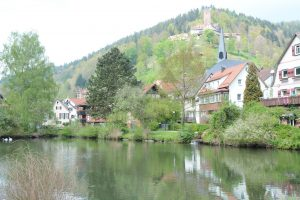 Burg LIebenzell überragt das ganze Tal