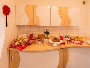Erster Teil des Frühstückbuffets mit Brötchen, Brot und Kuchen