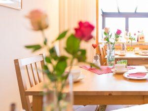 Blumen auf dem Frühstückstisch