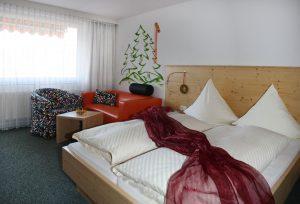 Doppelzimmer Bett und Couch