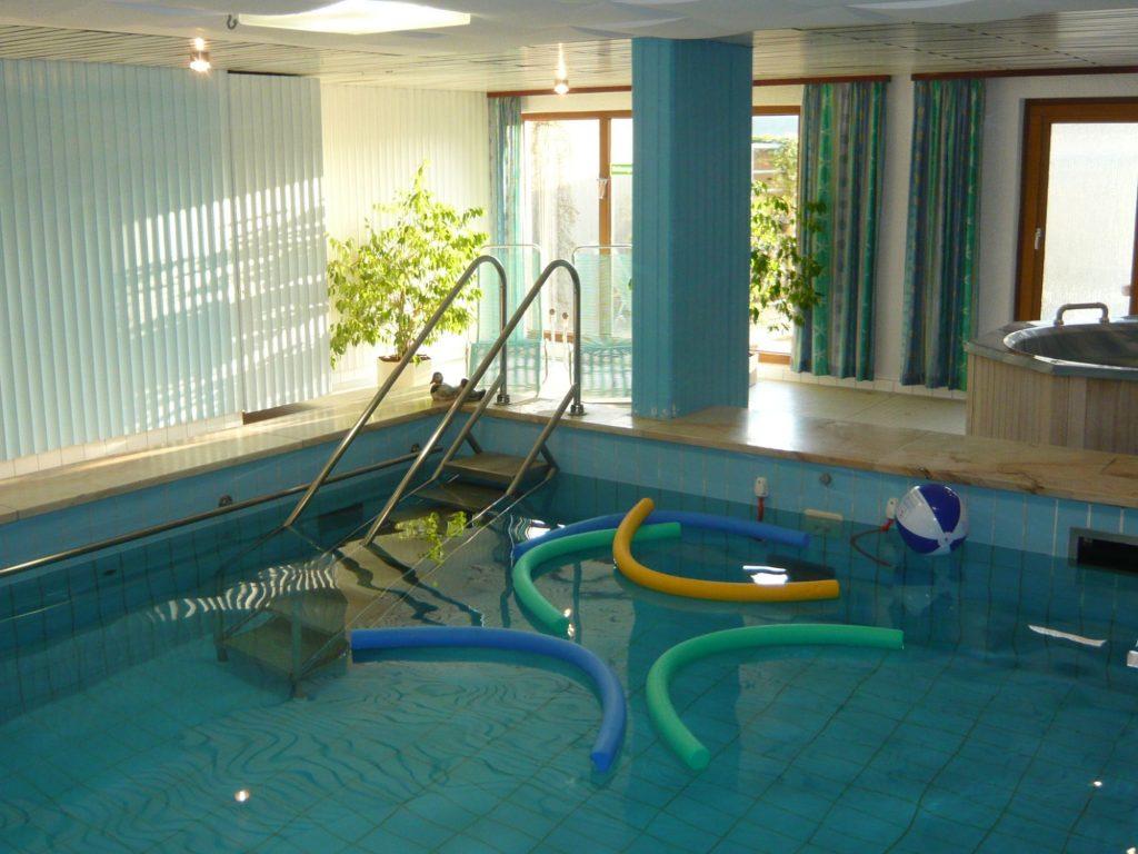 Flacher Einstieg ins 30°C warme Schwimmbecken